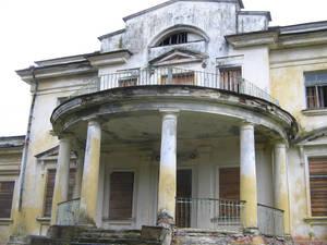 Парадное крыльцо, вид спереди. Сверху виден балкон, с которого, должно быть, открывался (да и сейчас, наверно, открывается) прекрасный вид на парк.