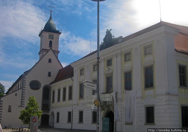 Часть замка и церковь Св.Мартина