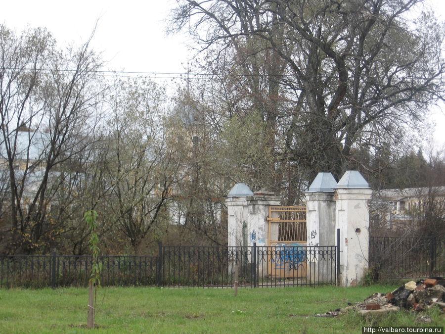 Ограда храма.