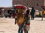 Рыбный рынок в Нуакшоте. Вокруг носильщиков снуют пацанята, хватающие то, что выпадает из корзин. Если ничего не выпадает, хватают сами.