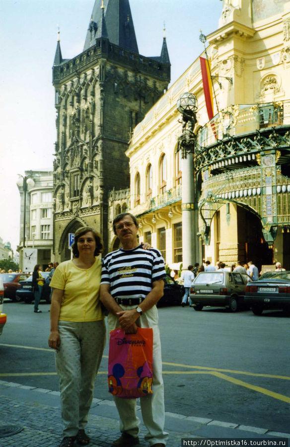 А это я на фоне Муниципального дома в августе 1998 года.