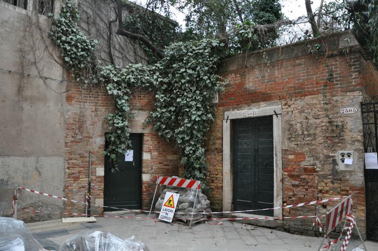 Левая дверка -вход в апар