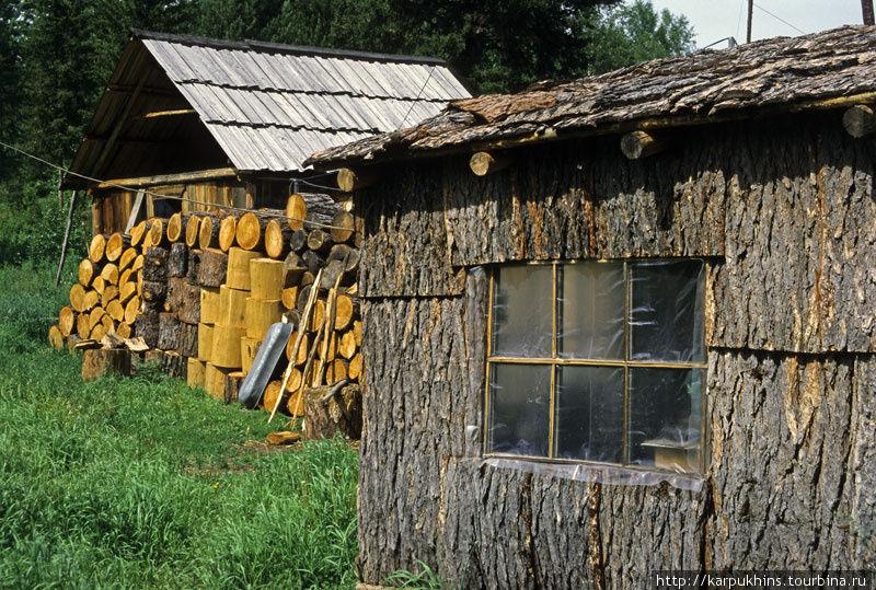 Кирьяновская контора. Летняя кухня со стенами из коры. Дальше баня.