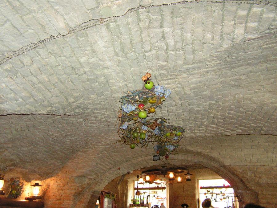 Потолок в подвальчике украшен фруктами, сухоцветами, веточками.