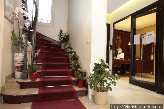 справа reception, прямо лестница, а слева тот самый лифт, к сожалению его не видно