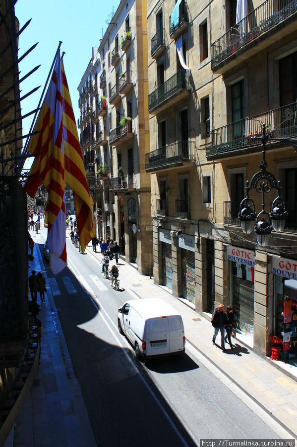 Вид на улицу с нашего балкона