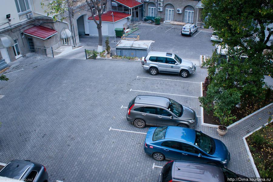 Парковка во внутреннем дворе. Очень удобно