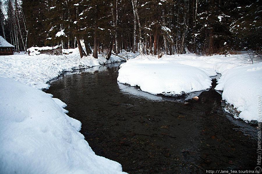 Прямо на территории течет ручей с чистейшей водой, которую можно пить.