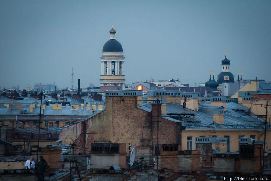 Петербург — город на равнине. Отдельные башни, купола и шпили хорошо видны с высоты практически любой крыши в историческом центре города. Санкт-Петербург, Россия