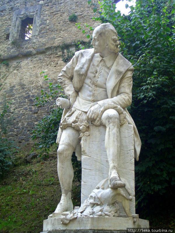 Памятник У. Шекспиру. А с этой — серьезен