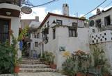 Узкие улочки вокруг замка. В беленых домиках кипит жизнь — проходя мимо, из полуоткрытых дверей и окон мы слышим турецкую речь, детский смех, стук посуды и вкуснейшие запахи жареного мяса...