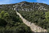 Как вы могли заметить на первых фотографиях этого репортажа, крепостные стены уходят влево и вправо, опоясывая гору. Левая часть самая интересная, наверху есть бастион Бартоломео, но забраться туда сейчас невозможно: стены очень старые, им больше семисот лет, и кое-где они разрушены.