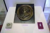 Барельеф с надгробия на могиле А.С.Грибоедова в Тифлисе (Тбилиси) и персидский орден Льва и Солнца, которым был награждён Алексадр Грибоедов