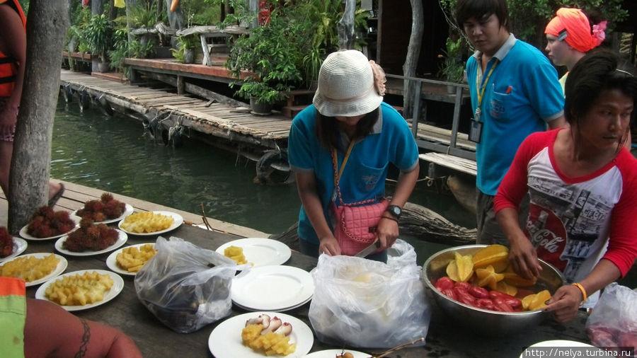Угощение фруктами во время сплава на плотах. Пустячок, а приятно...