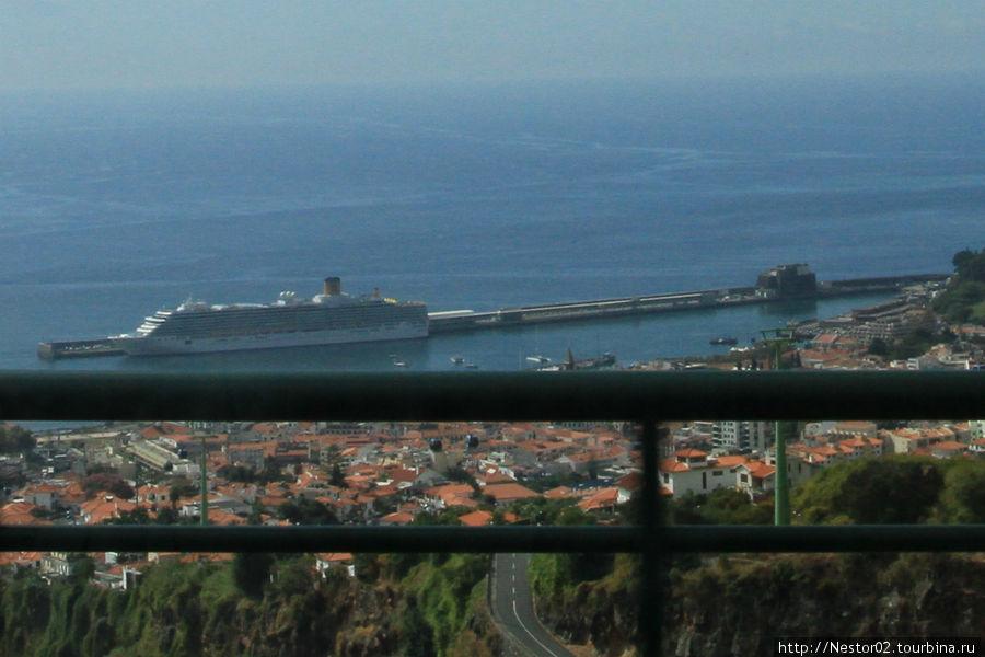 Последний день на Мадейре. По дороге в аэропорт. В порту стоит круизный лайнер, та самая Коста Конкордия, которая затонула в январе 2012 у берегов Италии. Фрагмент фотографии.