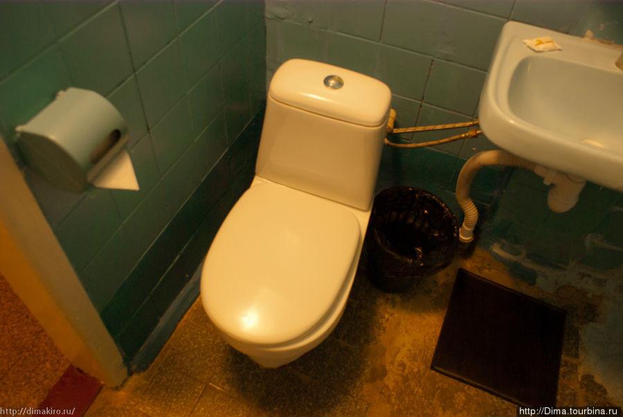 Ванная комната чистая, всё работает. Но сантехника старая, а ремонт был когда-то давным-давно...