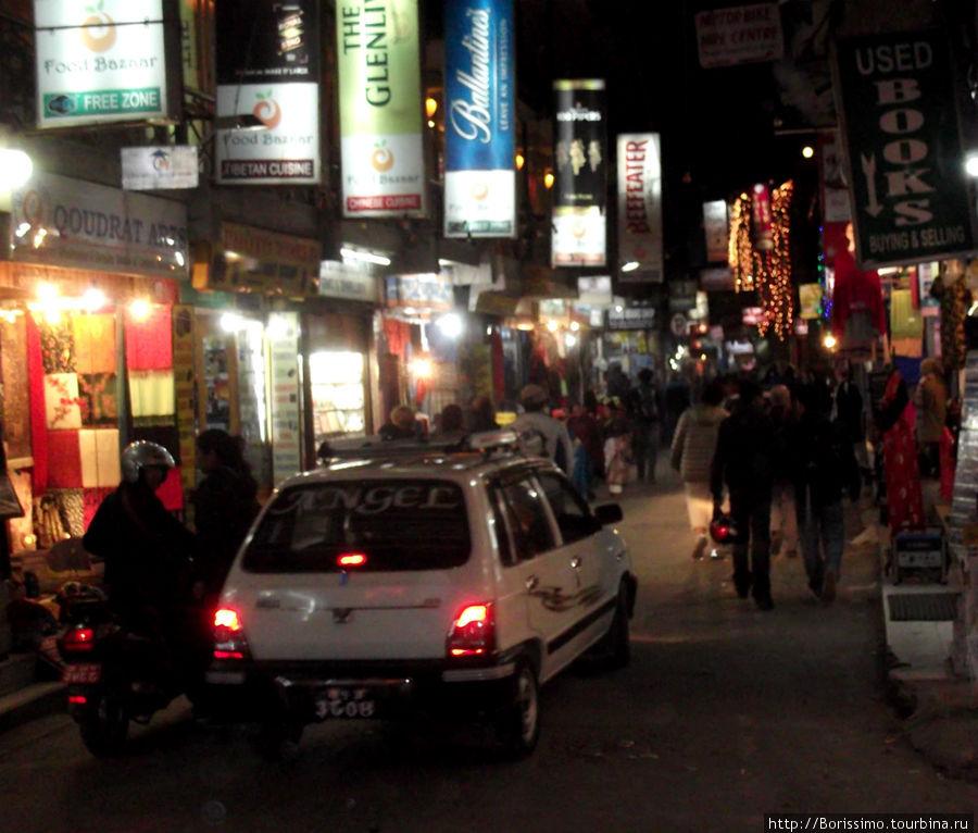 Вечерний Катманду. Таким мы увидели его из окна нашего такси.