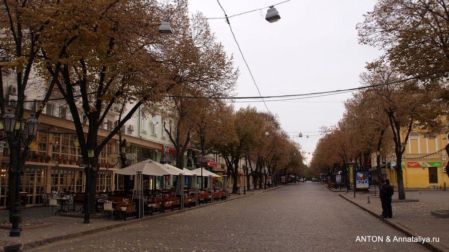 Улица Дерибасовская ранним осенним утром.