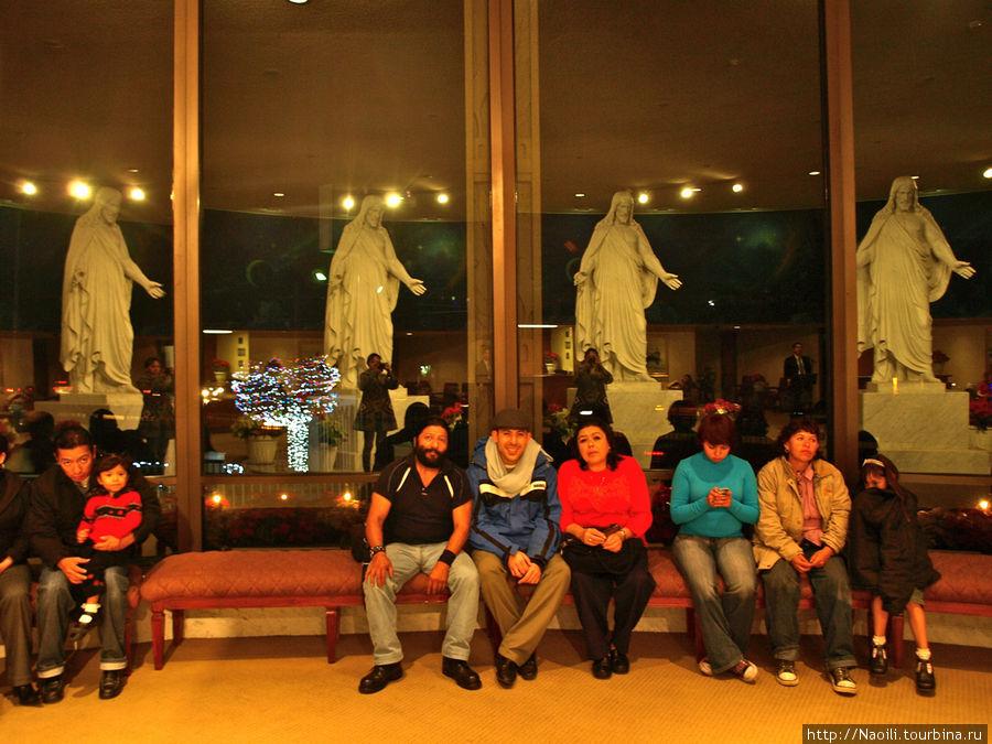 Скульптура Христа многократно отображается в окнах зала для приветствий.