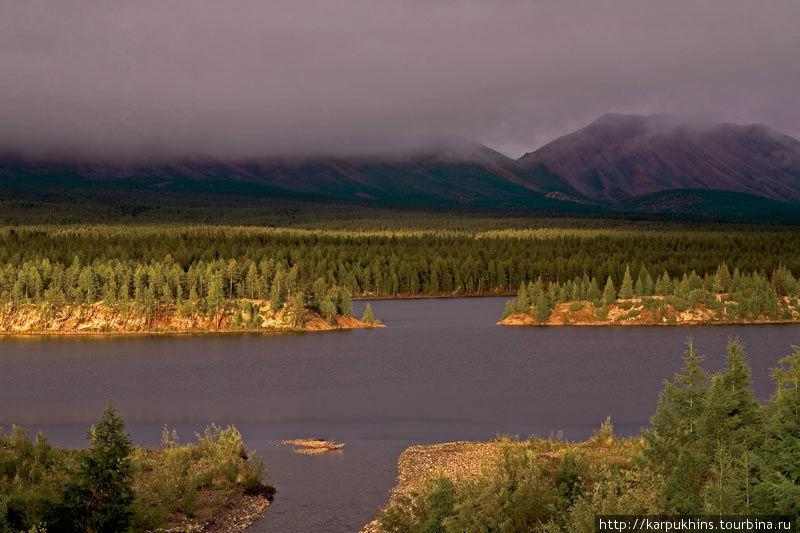 Озеро Малый Дарпир. Дарпир двойное озеро. Здесь так и говорят – Дарпиры. Малый и Большой Дарпиры соединены между собой мелкой и очень извилистой протокой. Между озёрами всего два километра, но длина протоки не меньше четырёх. Малый Дарпир лежит южнее. В длину это озеро протягивается всего на четыре километра, а в ширину не более полутора. В северной части Малого Дарпира, там, где в озеро впадает небольшая река Дарпир-Сиен верхний, есть несколько островов. Особенно живописно они смотрятся в закатном свете уходящего солнца, когда и горы Омулёвского среднегорья тоже загораются.