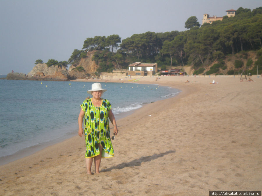 Наш пляж. Сюда мы приходили пораньше ( разница во времени была в нашу пользу) Песочек крупный, не прилипает.