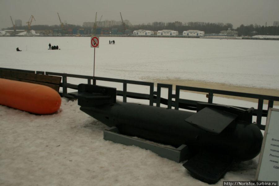 Лед водохранилища еще прочный. В этот день рыбаков-подледников было очень много.