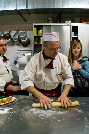Подготовленное и охлажденное тесто раскатываем