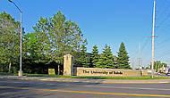 Университет имеет огромную территорию, по углам которой такие щиты