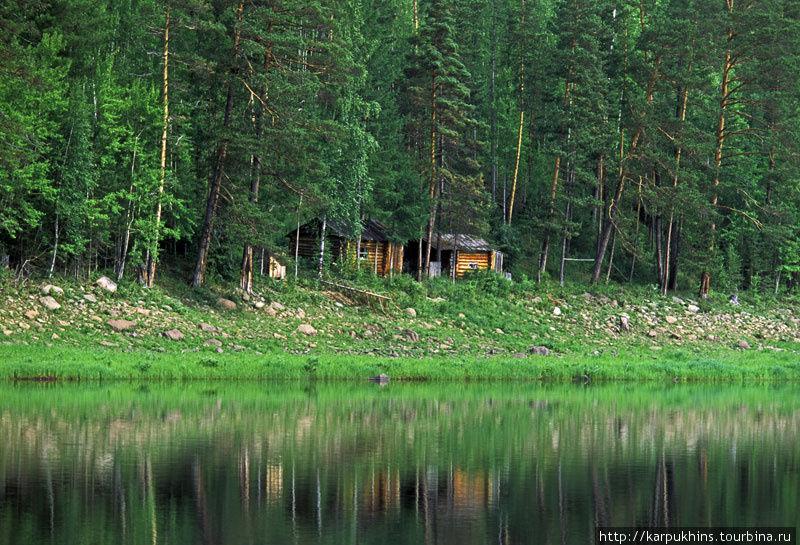 Довольно часто по берегам реки можно было встретить зимовья. Почти все из них всегда открыты и пустуют. Обычно промысел здесь начинается осенью и зимой. Так что мы не раз пользовались возможностью ночевать не в палатке.