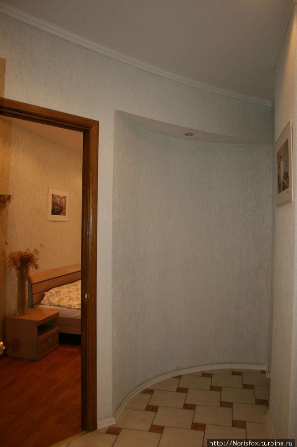 часть коридора и вид на спальню