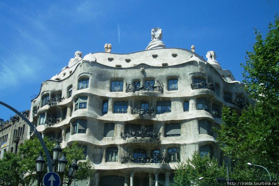 Архитектура, возникшая под влиянием христианства, мусульманства и очень выразителен каталонский модерн – основоположником которого был Гауди. Гауди избегал прямые углы – плавные линии, гибкость и применении керамики для мозаики – это характерная особенность Барселоны