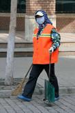 Почему-то многие работницы, да и просто люди на улицах, наглухо закрывают лица.