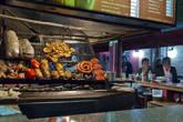 На обед приехали в Mercado del puerto. Здесь находятся несколько хороших ресторанчиков, традиционно готовящих на гриле.