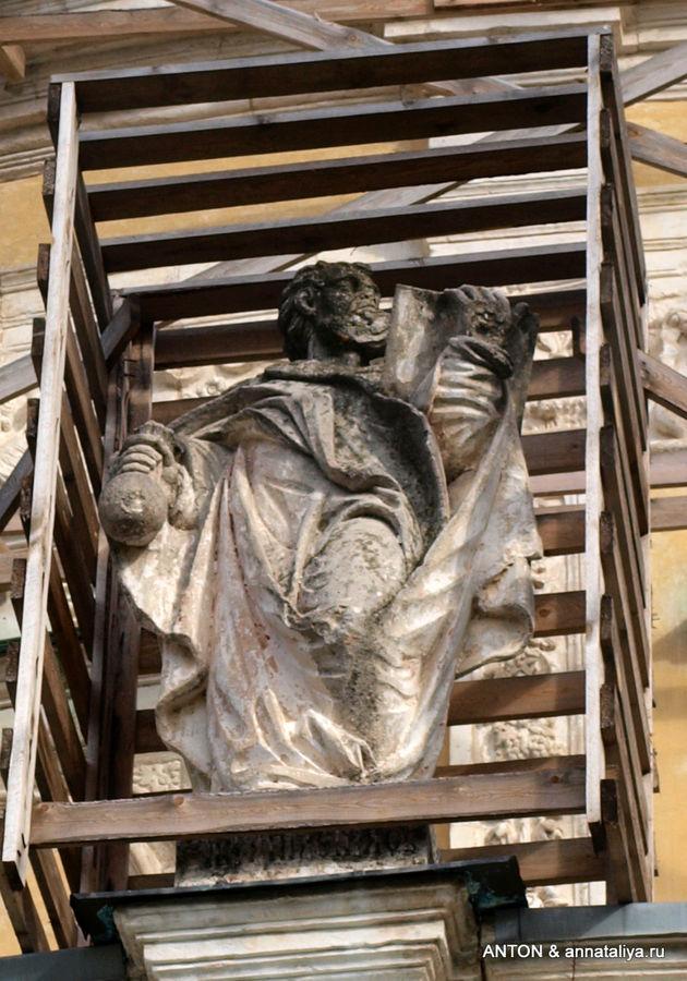Одна из 16 скульптур по окружности купола.