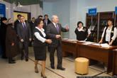 В районе половины двенадцатого появился президент, Нурсултан Назарбаев. Он прошел все стандартные процедуры: расписался в ведомости, получил бюллетень и пошел голосовать. Разве что все сотрудницы почтительно встали.