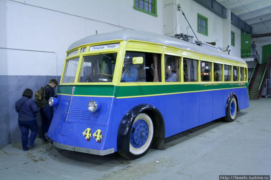 Первый Петербргский троллейбус. В нём, поначалу, нельзя было ездить стоя (да и потом это было сомнительным удовольствием — потолок очень низкий). А водили такие троллейбусы очень крепкие парни — руль без всяких усилений, очень тяжёлый.
