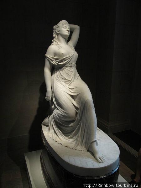 Скульптура при входе в музей