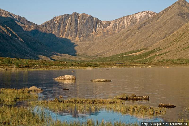 Примерно в пяти километрах ниже озера Момонтай в реку с одноимённым названием впадает река Зима. Этот приток берёт начало в хребте Оханджа, простёршимся к западу от озера Момонтай и манящим причудливыми очертаниями своих вершин, скальных бастионов и горных цирков. Самое большое и кажущееся таинственным ущелье виднеется как раз там, где начинается река Зима. Это ущелье действительно довольно обширное. А где-то на выходе из него Зима разливается горным озером, называемым Балгыт. От северной оконечности озера Момонтай идти туда около восьми километров в направлении северо-запад-запад. Озеро Балгыт довольно большое, его длина почти четыре километра, а в самом широком месте его берега отстоят друг от друга примерно на километр. Как и большинство местных озёр Балгыт также дитя ледникового периода. Моренные холмы, перенесённые и нагромождённые когда-то ледником и стали естественной запрудой на реке, образовав озеро.