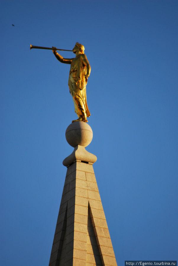 ангел Мороний (персонаж мормонской мифологии) — неприменный атрибут на самом высоком шпиле мормонских храмов Солт-Лэйк-Сити, Соединенные Штаты Америки
