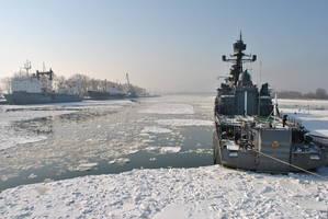 Боевые корабли соседствуют в бухте со вполне мирными судами
