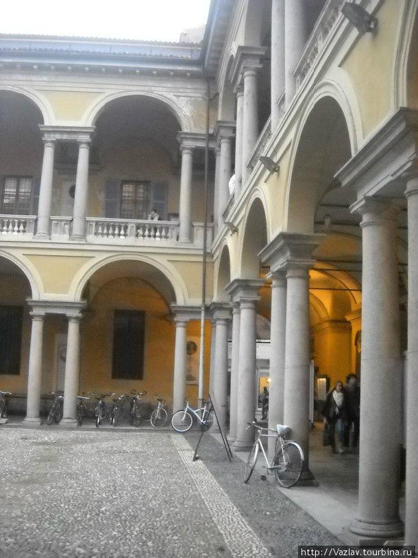 Внутри одного из дворов университета