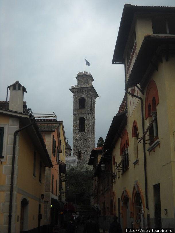 Башня среди городской застройки