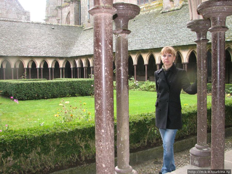 Крытая аркада с элегантными колоннами