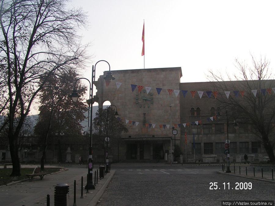 Фасад вокзала с часами