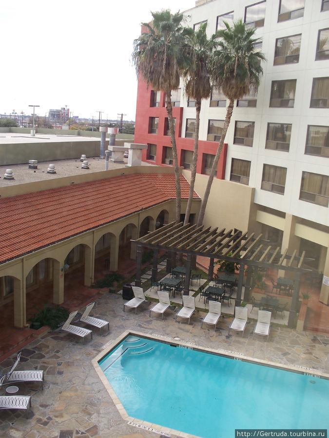 Вид на бассейн из окна номера.