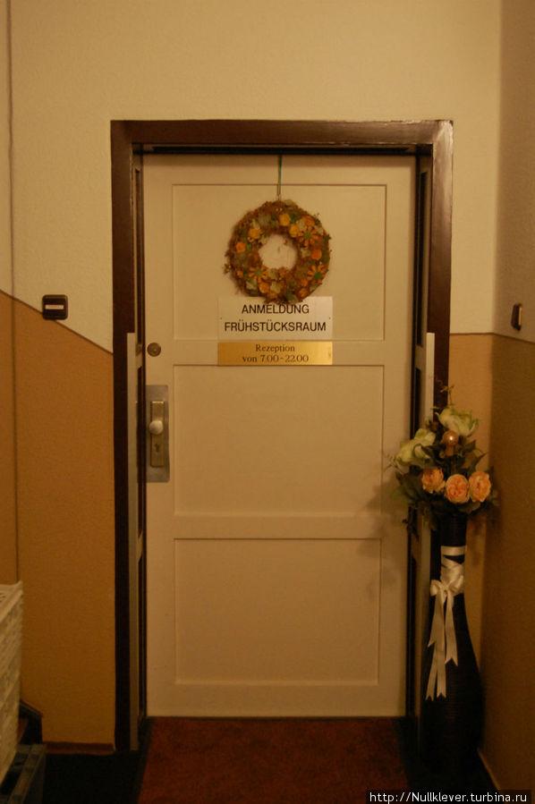 Дверь к рецепшн и самому отелю