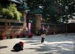 Рядом стоит храм с нищими и небольшой парк с лавочками, на которых дремали люди постарше. Кто-то просто молился, а кто-то делился последними новостями с соседями