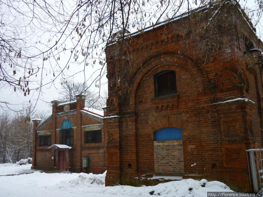 Эти здания, относящиеся к Мытищинской водопроводной станции, находятся прямо по маршруту