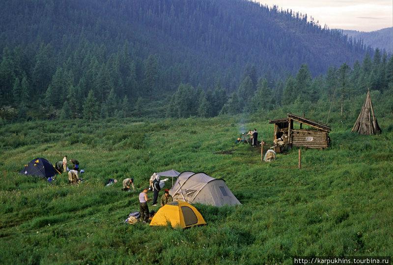 Импровизированный лагерь на притоке Катышного. Отсюда начинаются многие маршруты на конях по Тофаларии.