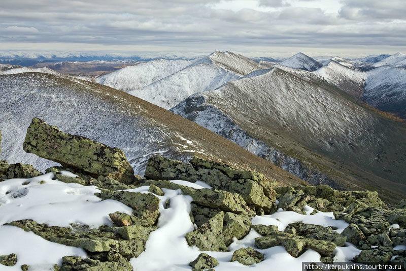 В начале сентября снежок уже присыпал вершины окружающих озеро гор.